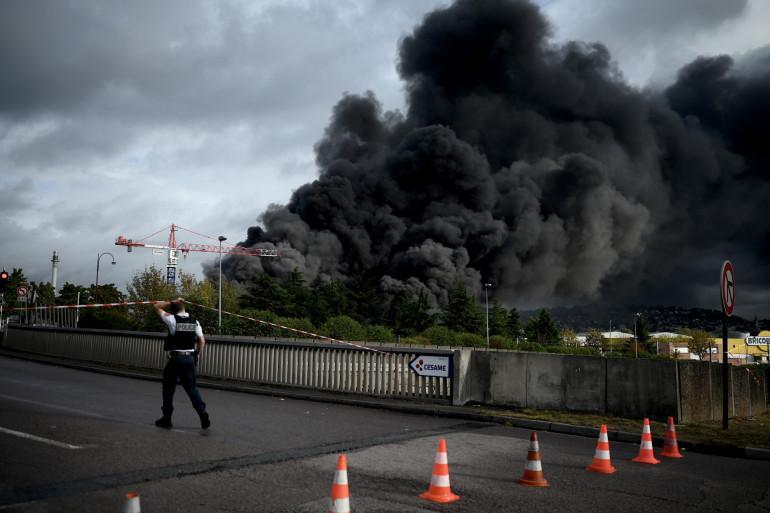 """Une centaine de communes de Hauts-de-France """"auraient été impactées par les retombées du panache de fumée"""" de l'incendie de l'usine chimique Lubrizol de Rouen."""