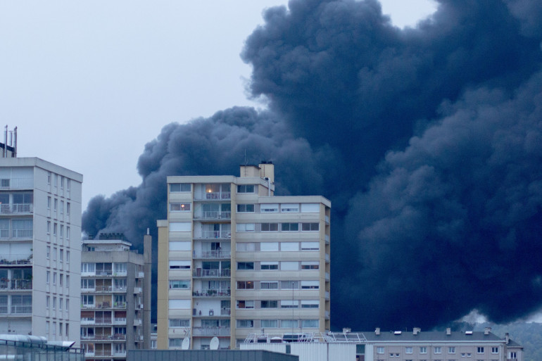 Les habitants sont priés de rester confinés chez eux à cause de la fumée, à Rouen