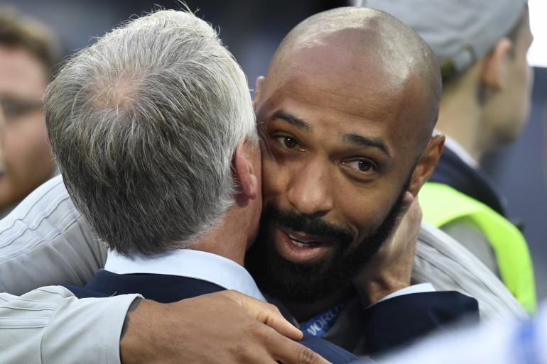 Didier Deschamps et Thierry Henry échangent une accolade lors de France-Belgique mardi 10 juillet 2018