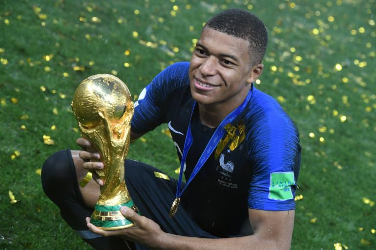 kylian Mbappé avec la Coupe du Monde le dimanche 15 juillet 2018