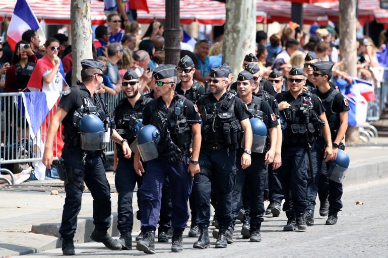 Encore de nombreux gendarmes et CRS sont mobilisés lundi 16 juillet pour l'accueil du bus des Bleus sur les Champs-Élysées