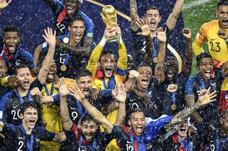 Le capitaine de l'équipe de France Hugo Lloris brandit la coupe à l'issue du match contre la Croatie en finale de la Coupe du monde de Russie.