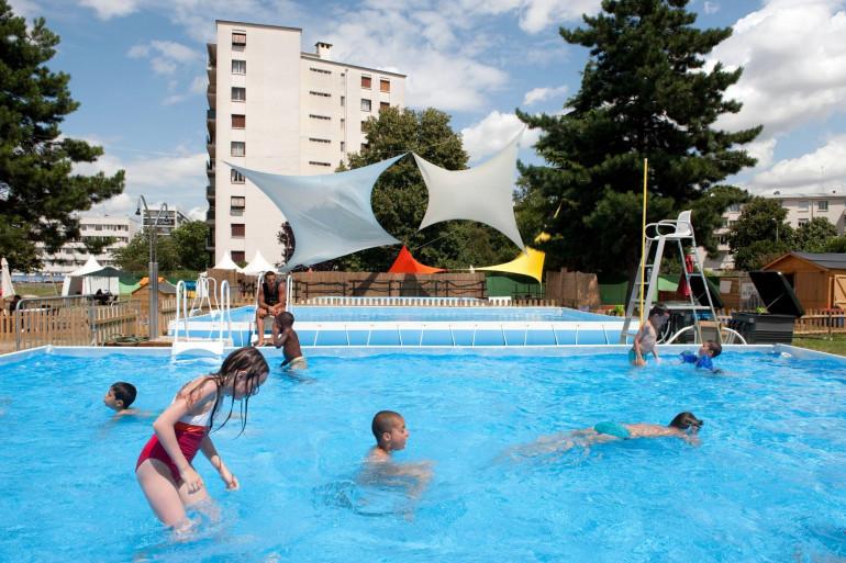 Des enfants s'amusent dans une piscine (illustration)