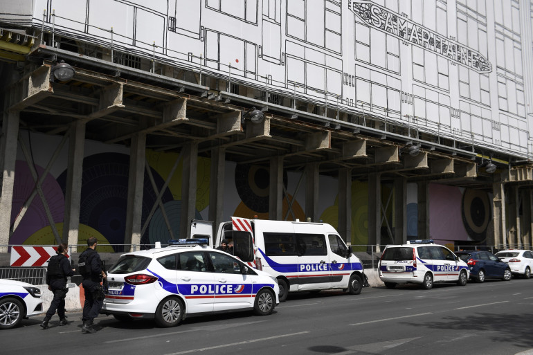 La police a bouclé le quartier autour de la Samaritaine à Paris mercredi 18 juillet 2018. Un homme est recherché