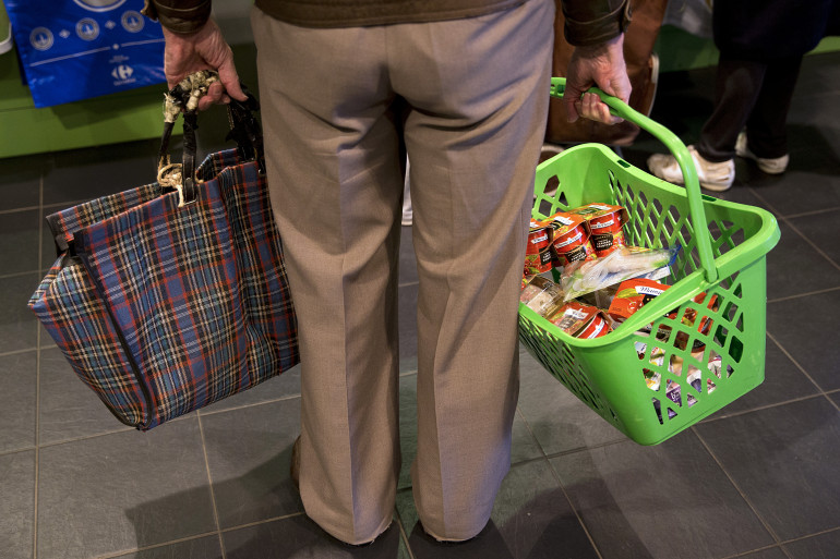 Un homme faisant ses courses dans un magasin Carrefour (illustration)