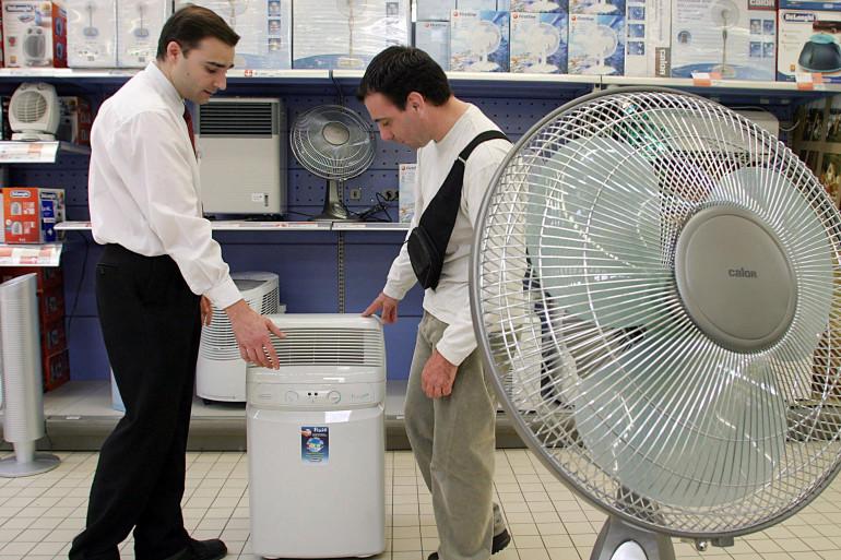 Un homme achète un ventilateur (illustration)