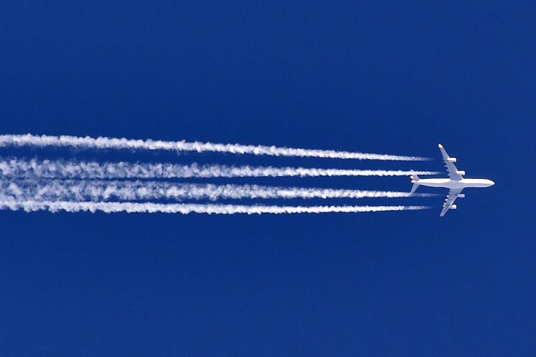 Un avion dans le ciel (illustration)
