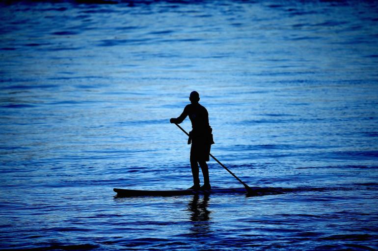 Une personne pratiquant le paddle (illustration)