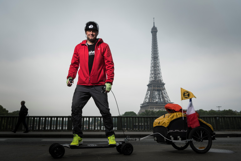 Fabrice Gropaiz pose avec son matériel, le 15 mai dernier, à Paris