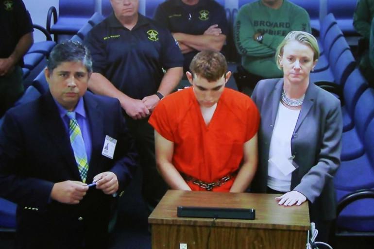 Nikolas Cruz, entouré de ses avocats Melisa McNeill et Hector Romero, a comparu le 15 février 2018 à Fort Lauderdale (Floride).