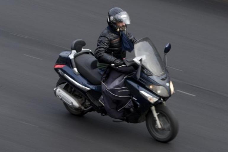 Un homme en scooter à Paris le 9 février 2015