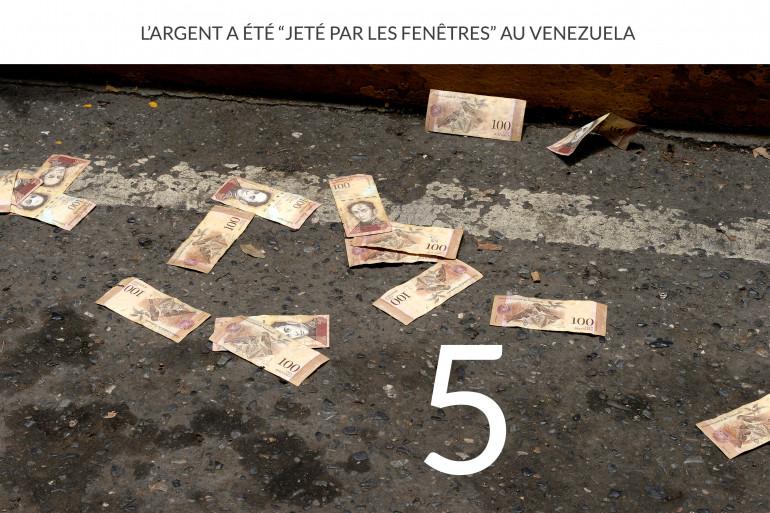 Le personnel médical était en grève dans les rues de Caracas, le 16 août dernier et a lancé des petites coupures dépréciées à cause de l'inflation que subit le pays.