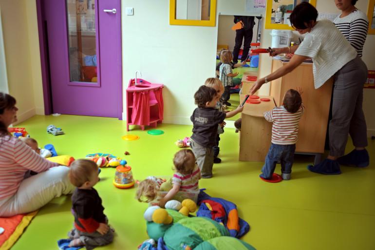 Des puéricultrices d'une crèche inter-entreprises du groupe Babilou jouent avec des enfants, le 16 septembre 2010 à Bordeaux.