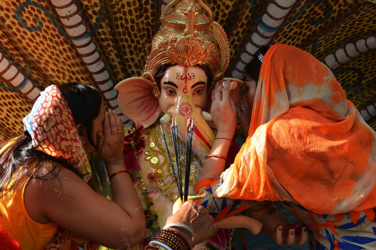 Des Indiennes de confession hindoue, offrant leurs prières à la divité Ganesh, le 27 aout 2017 à Amritsar, en Inde (photo d'illustration)