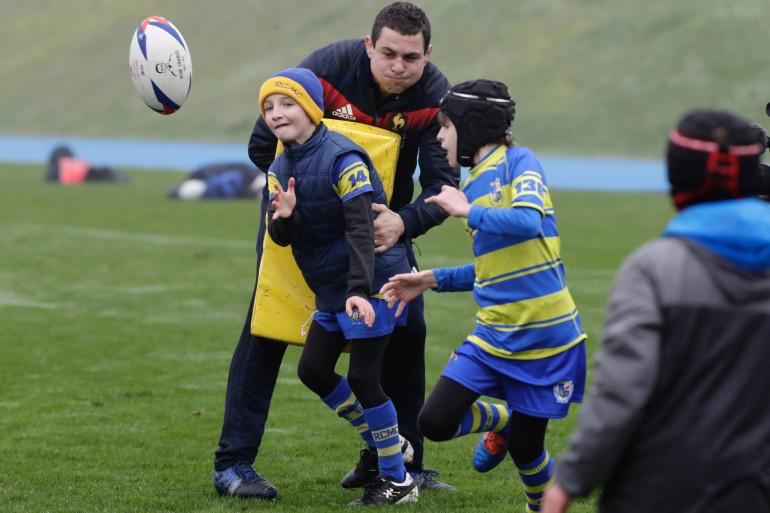 Le rugbyman Guilhem Guirado initie des enfants au rugby à Marcoussis, le 27 janvier 2018 (Illustration)