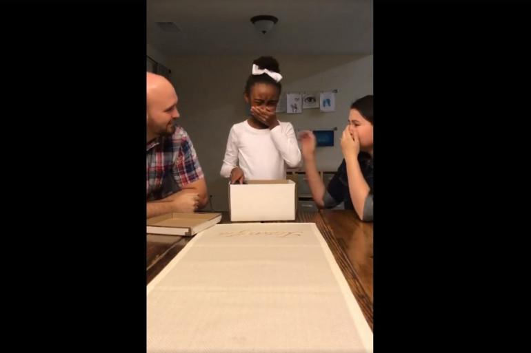 Une petite fille découvre pour son anniversaire qu'elle va être adoptée