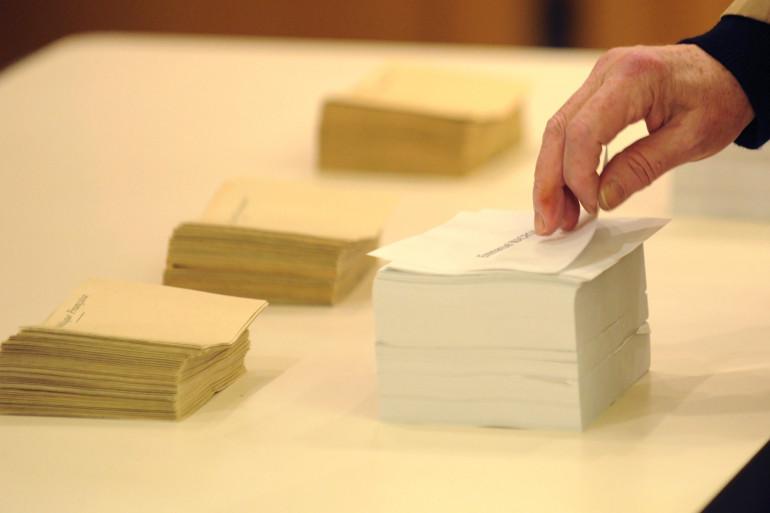 Un électeur prenant ses bulletins, le 7 mai 2017