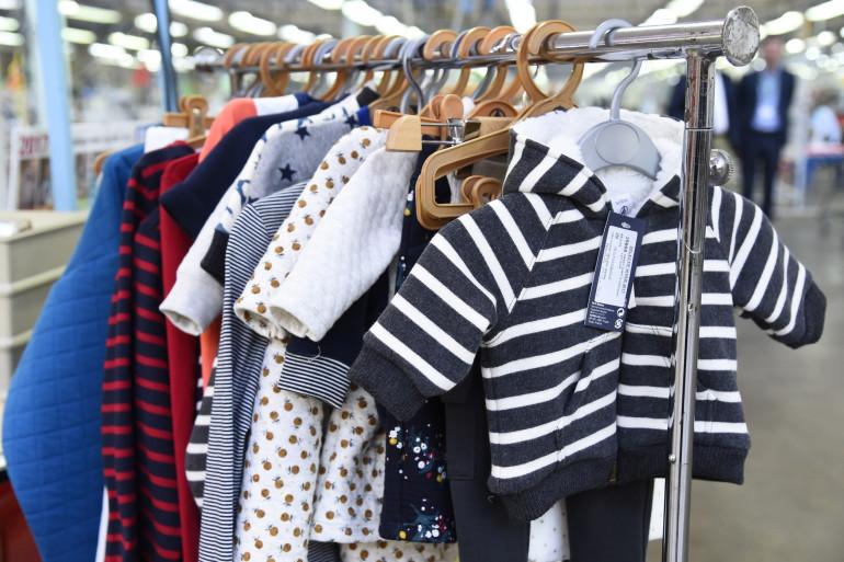 Les placards de vêtements des enfants aussi débordent (Illustration)