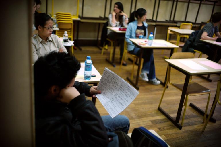 Des lycéens révisent leur notes une dernière fois avant de passer l'épreuve du bac de philosophie, le 17 juin 2010 dans un couloir d'un lycée parisien, en juin 2010 (Illustration)