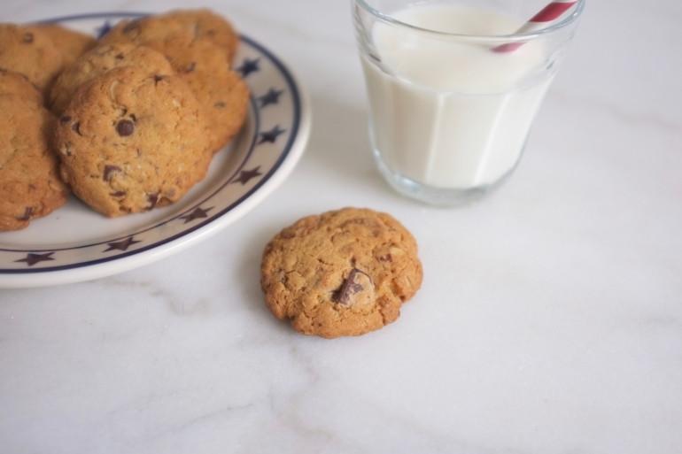 Cs cookies se conservent une semaine environ dans une boite hermétique. La farine de coco permet qu'ils restent tendres.