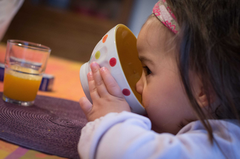 Un enfant prenant son petit-déjeuner (photo d'illustration)