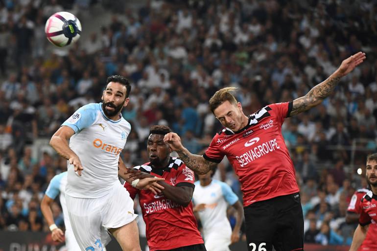 Adil Rami au duel avec Nolan Roux lors du match OM-Guingamp le 16 septembre