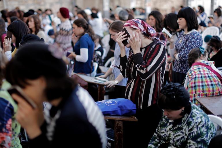 Des femmes juives prient près du Mur des Lamentations, dans la cité de Jérusalem, la veille de la fête de Yom Kippour