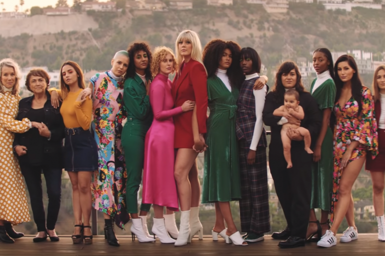 """Cher rend hommage aux femmes dans """"SOS"""", une reprise de ABBA"""