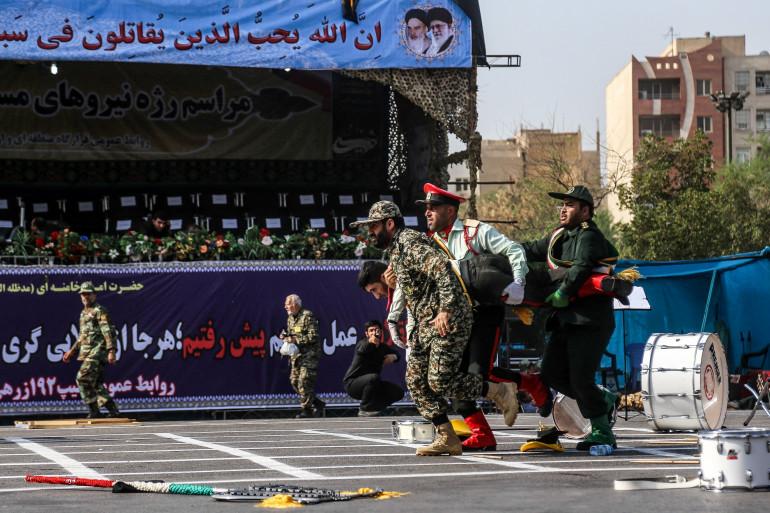 Des soldats iraniens transportant un soldat blessé, le 22 septembre 2018 à Ahvaz