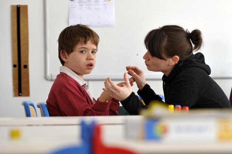 Un enfant autiste avec une éducatrice (illustration)