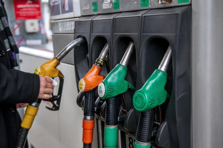 Un automobiliste fait le plein à une station-essence (illustration)