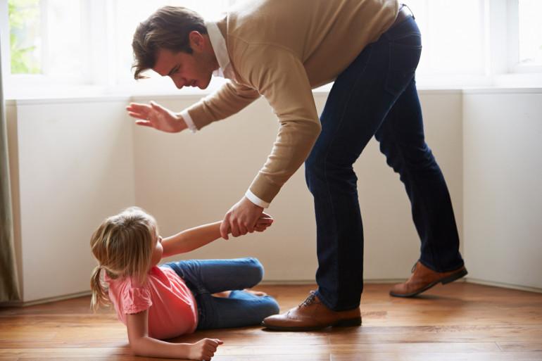 Un père s'apprête à gifler sa fille (illustration)