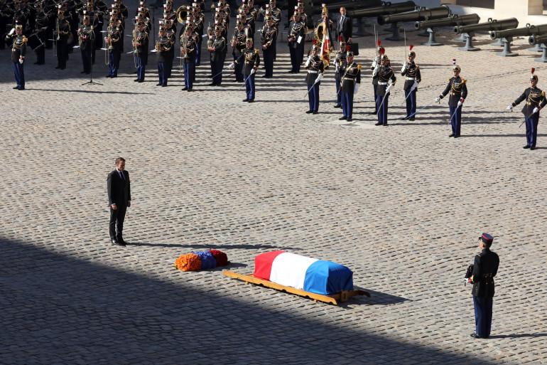 Emmanuel Macron devant la dépouille de Charles Aznavour dans la cour des Invalides le 5 octobre 2018