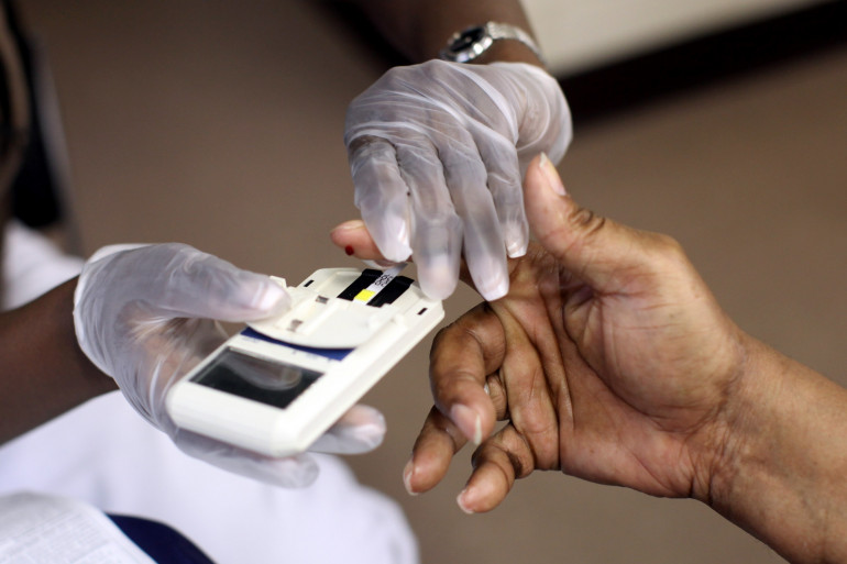 Un réalise une analyse sanguine pour déterminer son taux de cholestérol.