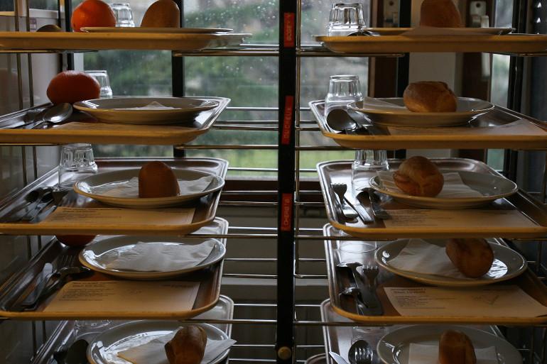 Des plateaux-repas en préparation à l'hôpital (illustration).