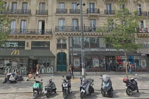 Les deux restaurants pointés du doigt sont situés place de la République à Paris.