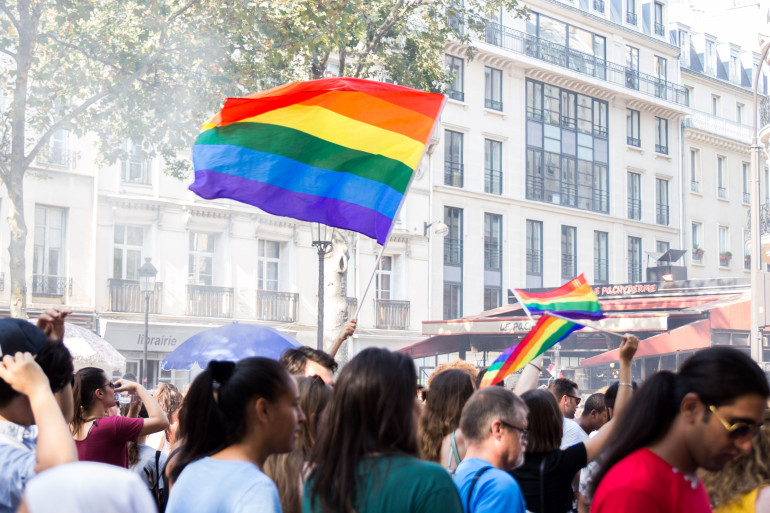 Un drapeau LGBTQ+ lors de la Marche des Fiertés de Paris, le 30 juin 2018