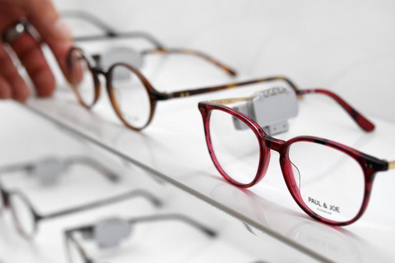 Des lunettes chez un opticien (illustration)