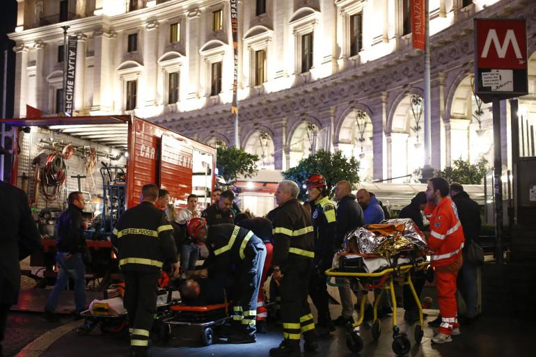 Les secours sur place après l'effondrement d'un escalator à Rome le 23 octobre