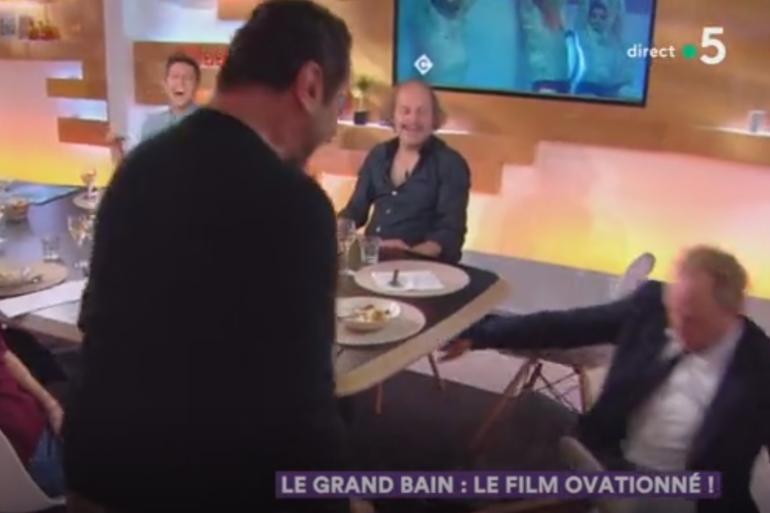 """Benoît Poelvoorde a chuté de sa chaise en plein direct pendant l'émission """"C à Vous"""""""