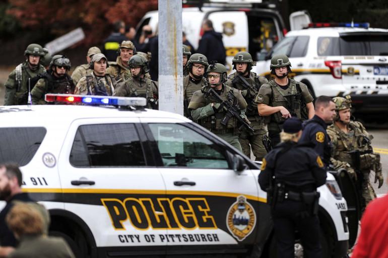 Des policiers mobilisés à Pittsburgh après une fusillade dans une synagogue, le 27 octobre 2018