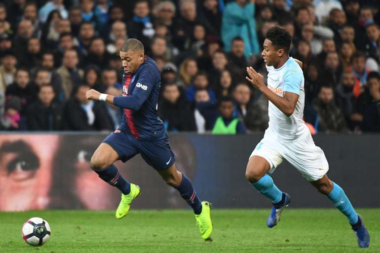Kylian Mbappé au duel avec Boubacar Kamara le 28 octobre 2018 à Marseille
