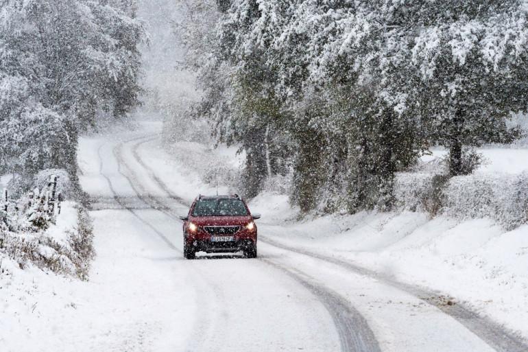 Une route sous la neige en Auvergne, le 29 octobre 2018