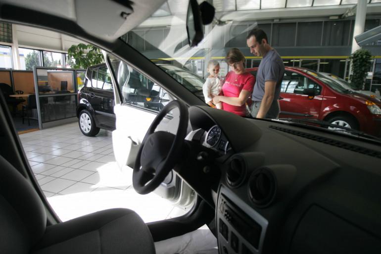 Un couple dans une concession automobile (illustration)