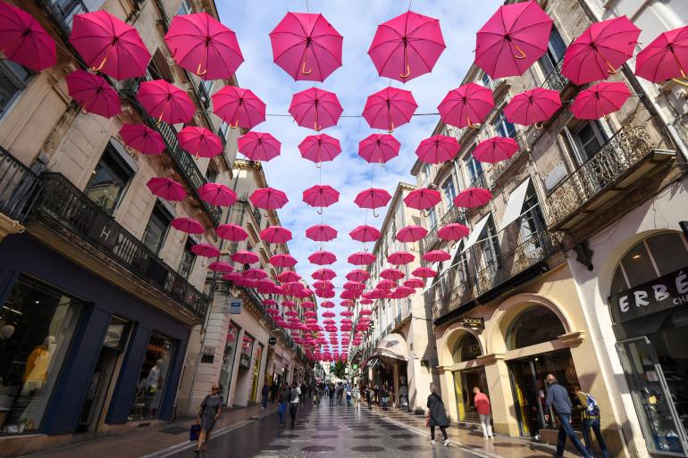 Des parapluies rose dans les rues de Montpellier, pour sensibiliser sur le cancer du sein à l'occasion de la 25e campagne octobre rose.