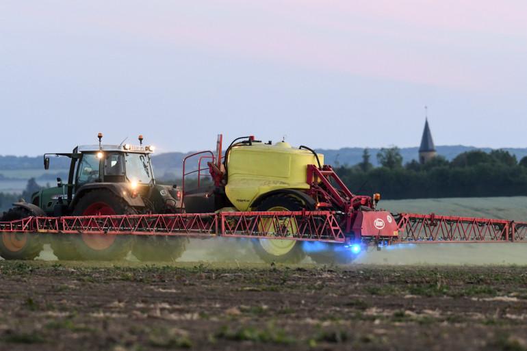 Un agriculture français répand des pesticides dans un champ (illustration).