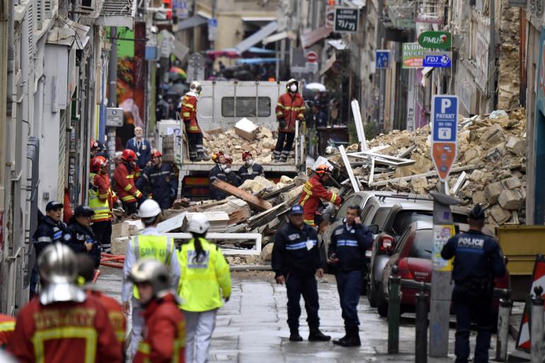 Pompiers et policiers travaillent main dans la main après ce drame à Marseille