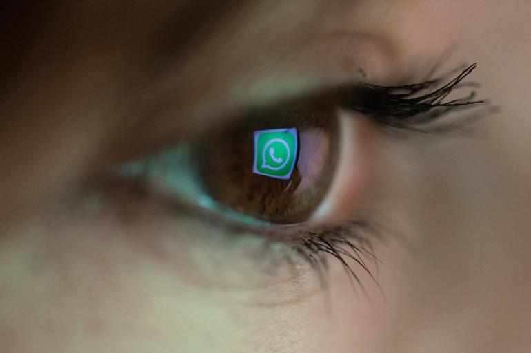 Le logo de la messagerie en ligne Whatsapp dans un œil (illustration)