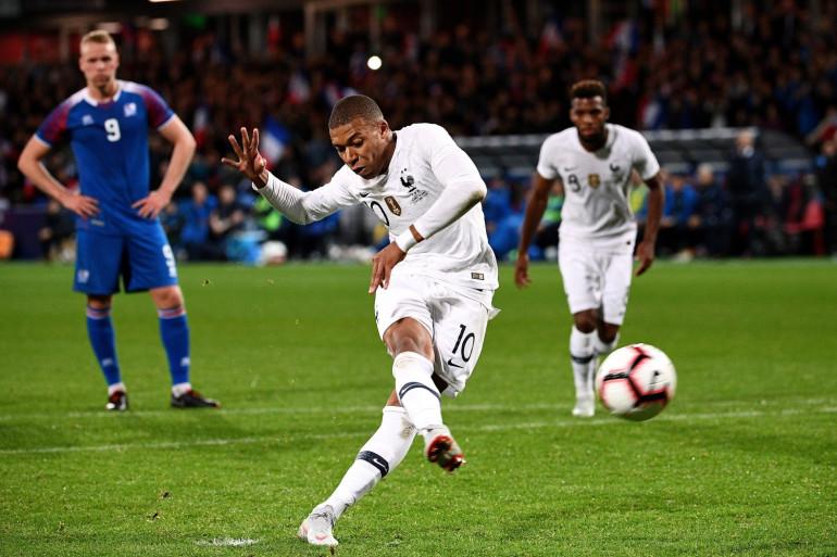 Kylian Mbappé transforme le penalty du 2-2 le 11 octobre à Guingamp avec les Bleus