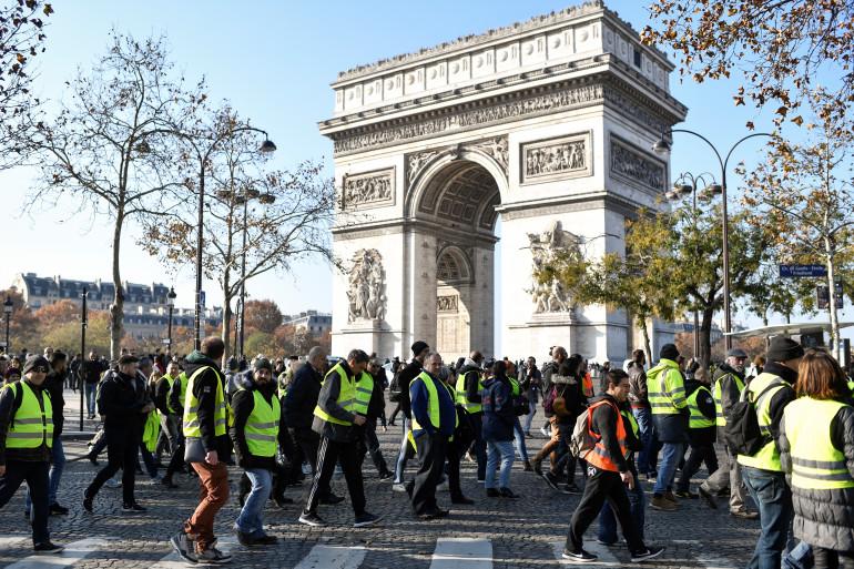 """Des """"gilets jaunes"""" mobilisés sur les Champs-Élysées à Paris, le 17 novembre 2018"""